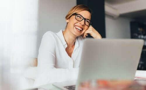 امرأة تعمل في مكتب