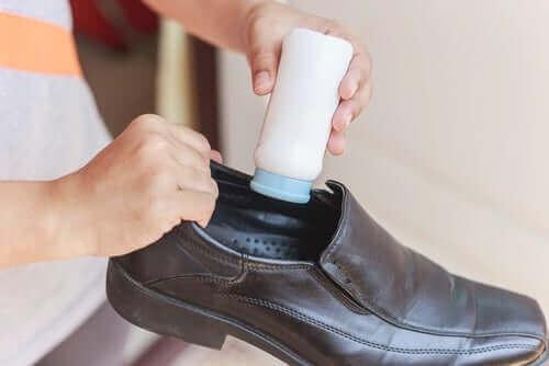 بودرة تلك لتنظيف الأحذية