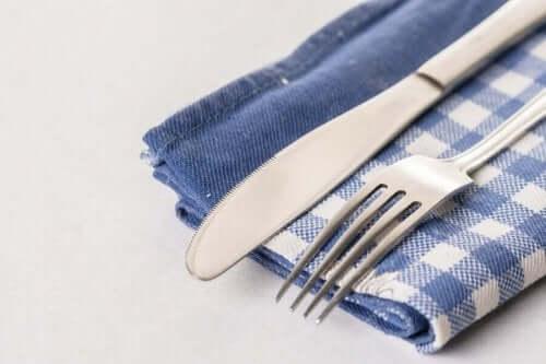 حامل أدوات مائدة