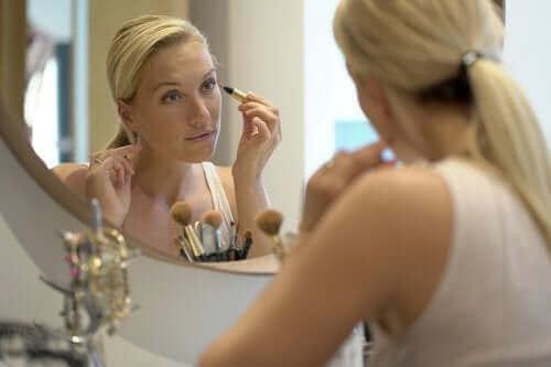 نصائح للحفاظ على شباب بشرتك بعد سن الأربعين