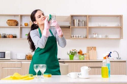 5 استخدامات بديلة لمنظف الزجاج قد لا تكون على علم بها