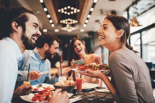 تناول الطعام في المطاعم
