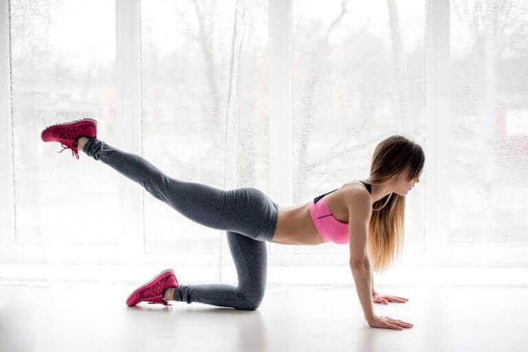 امرأة تمارس التمارين