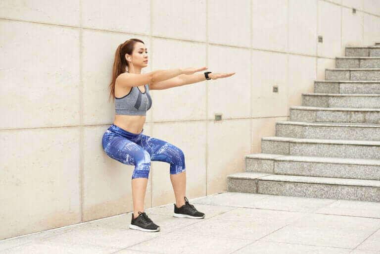 قرفصاء الحائط للحفاظ على اللياقة البدنية