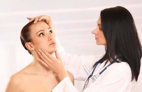 امرأة مصابة بـ داء المبيضات الجلدي