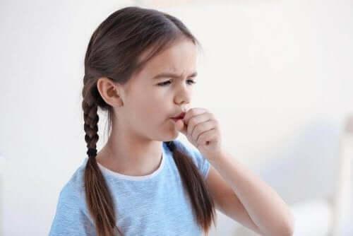 طفلة تعاني من السعال