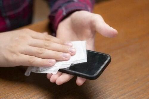 الهاتف المحمول - كيفية تنظيفه لتجنب الإصابة بعدوى الكورونا