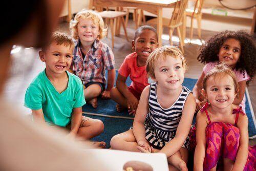 أطفال يستمتعون في مدرسة