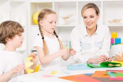 طبيبة تجلس مع أطفال