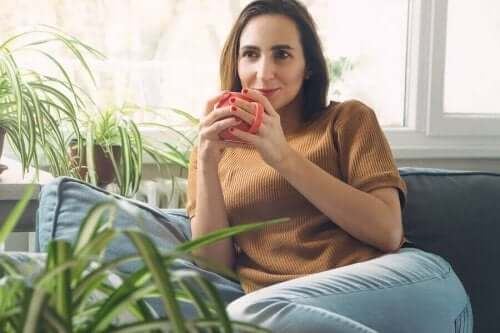 امرأة تشرب قهوة