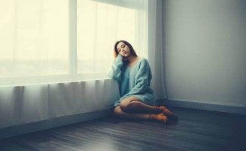 المشاعر الأكثر شيوعًا أثناء الحجر الصحي: الخوف، الحزن والإحباط