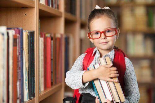 بنت تحمل عدة كتب