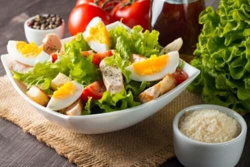 سلطة الخس والطماطم والتونة والبيض