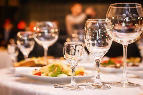 ثلاثة خيارات لقائمة طعام الزفاف تناسب جميع أنواع الاحتفالات