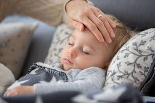 ماذا أفعل إذا ظهرت أعراض كالحمى والسعال على طفلي خلال العزل المنزلي؟