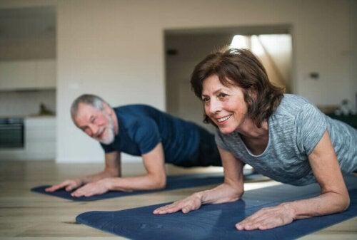 تمارين مهمة لكبار السن يمكن ممارستها بسهولة في المنزل