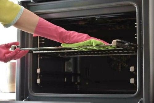 7 وسائل فعالة لتنظيف صواني الفرن