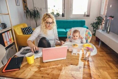 تحدي رعاية أطفال أثناء العمل من المنزل