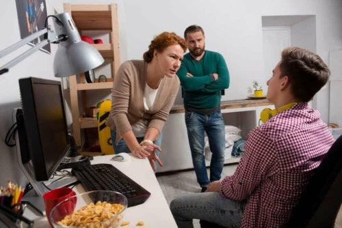 كيف تتعامل مع نزاعات المراهقين أثناء الحجر الصحي