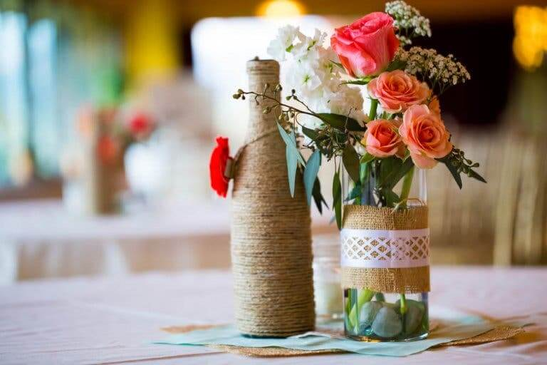 زجاجات مع أزهار