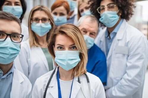لماذا يصاب عدد كبير من العاملين في مجال الرعاية الصحية بالكورونا؟