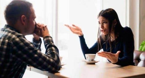 امرأة ورجل يتحدثان