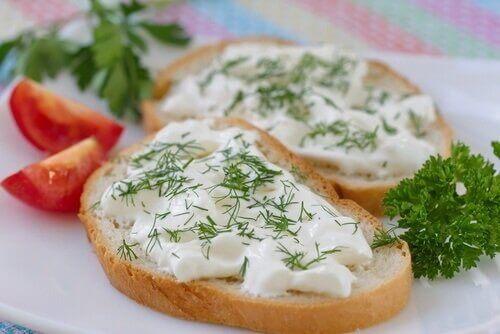 خبز محمص بالجبن النباتي الصحي بالزعتر