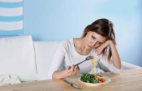 سيدة أمامها أكل