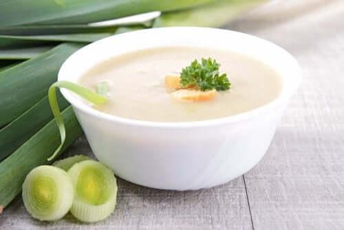 حساء كريمة الخضروات مع الفطر، الكراث، والزنجبيل