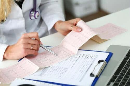 طبيبة تراجع مخطط كهربائية القلب