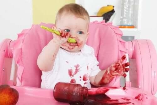 طفل رضيع يأكل