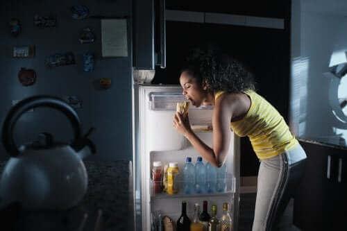 متلازمة الأكل الليلي – اكتشف معنا السمات، الأعراض وكيفية مكافحة الحالة