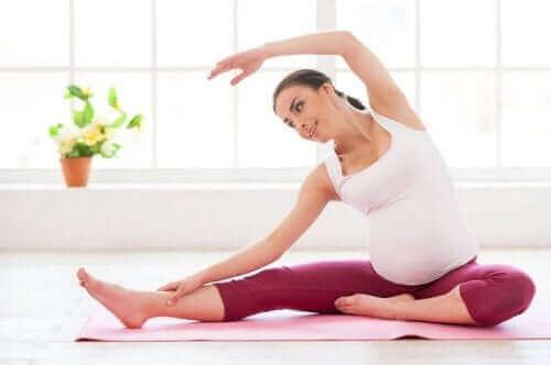 امرأة حامل تمارس التمارين لمكافحة اكتئاب ما بعد الولادة