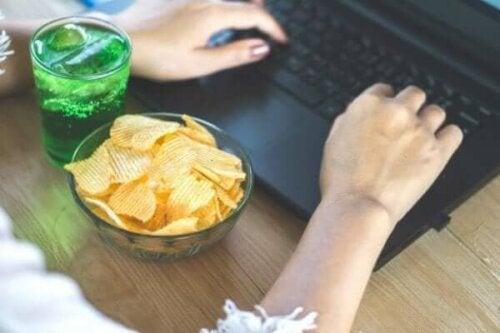 مخاطر الأكل العاطفي أثناء فترة الحجر الصحي