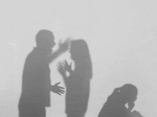 العنف المنزلي - زوجان يتشاجران أمام أطفالهما