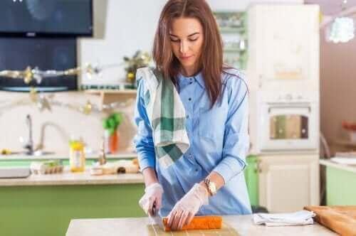 امرأة تطهي