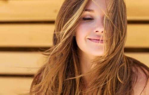 كيفية استعمال الطمي وزيت جوز الهند لإعادة إحياء الشعر