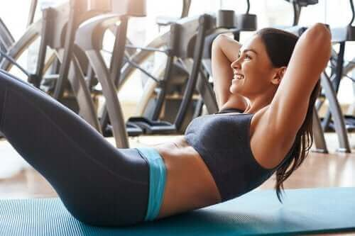 كيف تنفذ تمارين عضلات البطن بشكل صحيح بدون إلحاق الضرر بظهرك