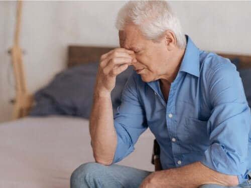 رجل حزين على وفاة شريك الحياة