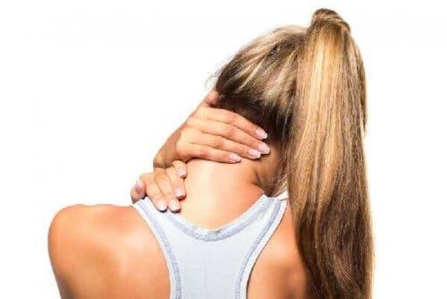 الصعر العضلي - سيدة تمدد رقبتها