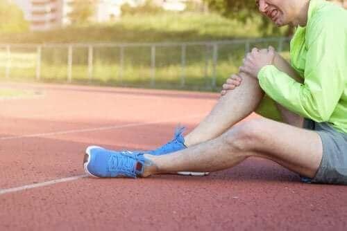 خلع الركبة - شخص بإصابة في الركبة