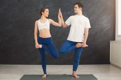 شريكان يمارسان اليوجا
