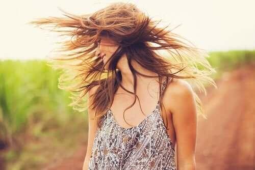أعيدي إحياء شعرك مع الطمي وزيت جوز الهند
