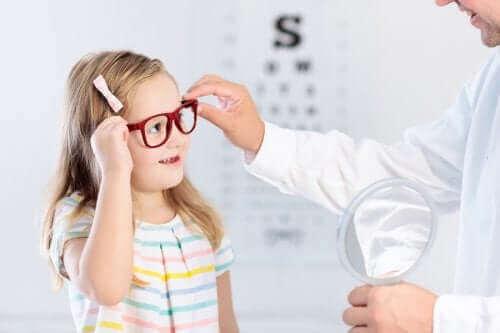 طفلة ترتدي النظارات