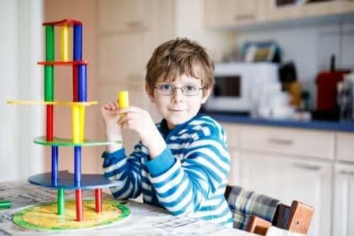 طفل يرتدي النظارات