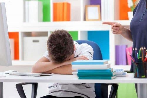 طفل يعاني من اضطرابات النوم