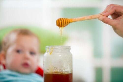 عسل النحل والأطفال: مزيج خطير