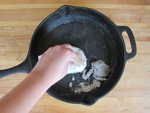 غسل مقلاة بـ محلول قشر البطاطس
