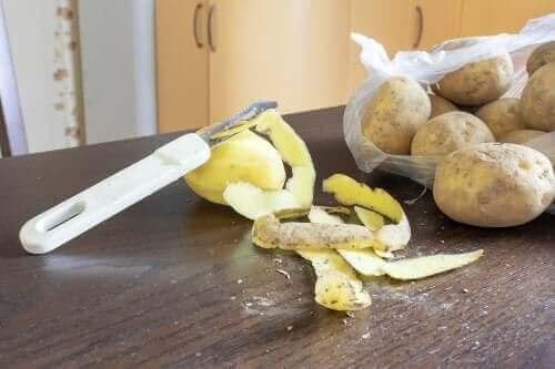 قشر البطاطس لغسل الأطباق