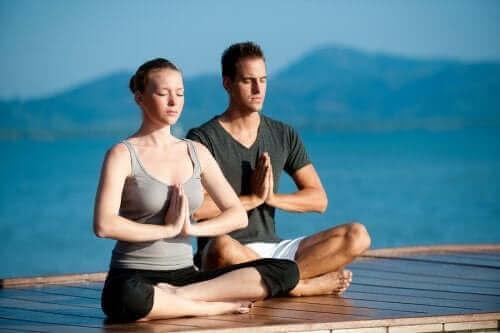 فوائد ممارسة اليوجا مع شريكك